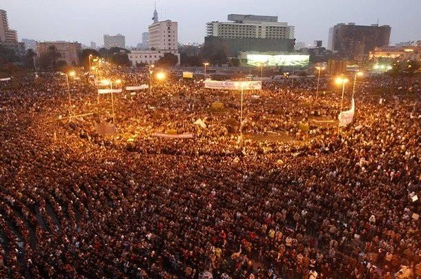When young Egyptian prayed mgryp in Tahrir Squar